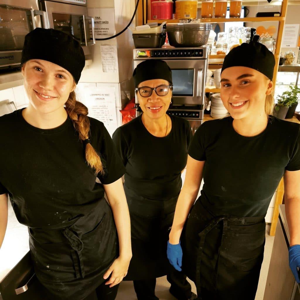 Personal från Café UH - tre glada tjejer