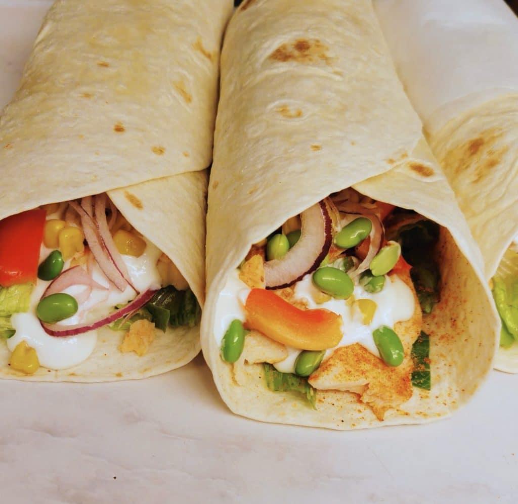 Wraps med kyckling, limedressing och grönsaker