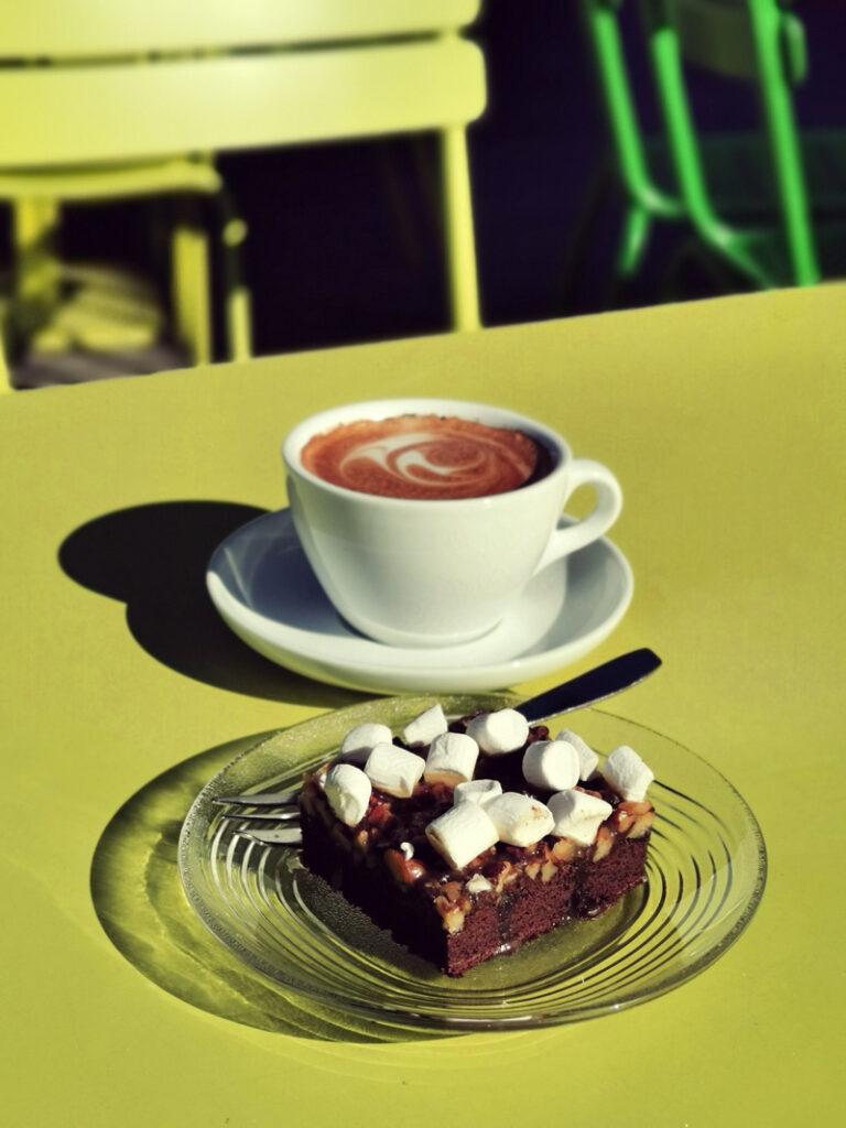 kaffe och kaka på altanen